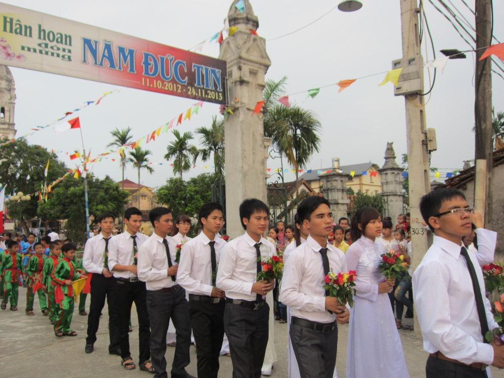 [VIDEO] Nhóm SVCG Di Trạch Dâng hoa tại Giáo xứ Thạch Bích (12-05-2013)