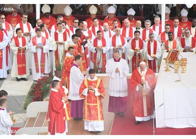 Đức Thánh Cha chủ sự thánh lễ làm phép giây Pallium