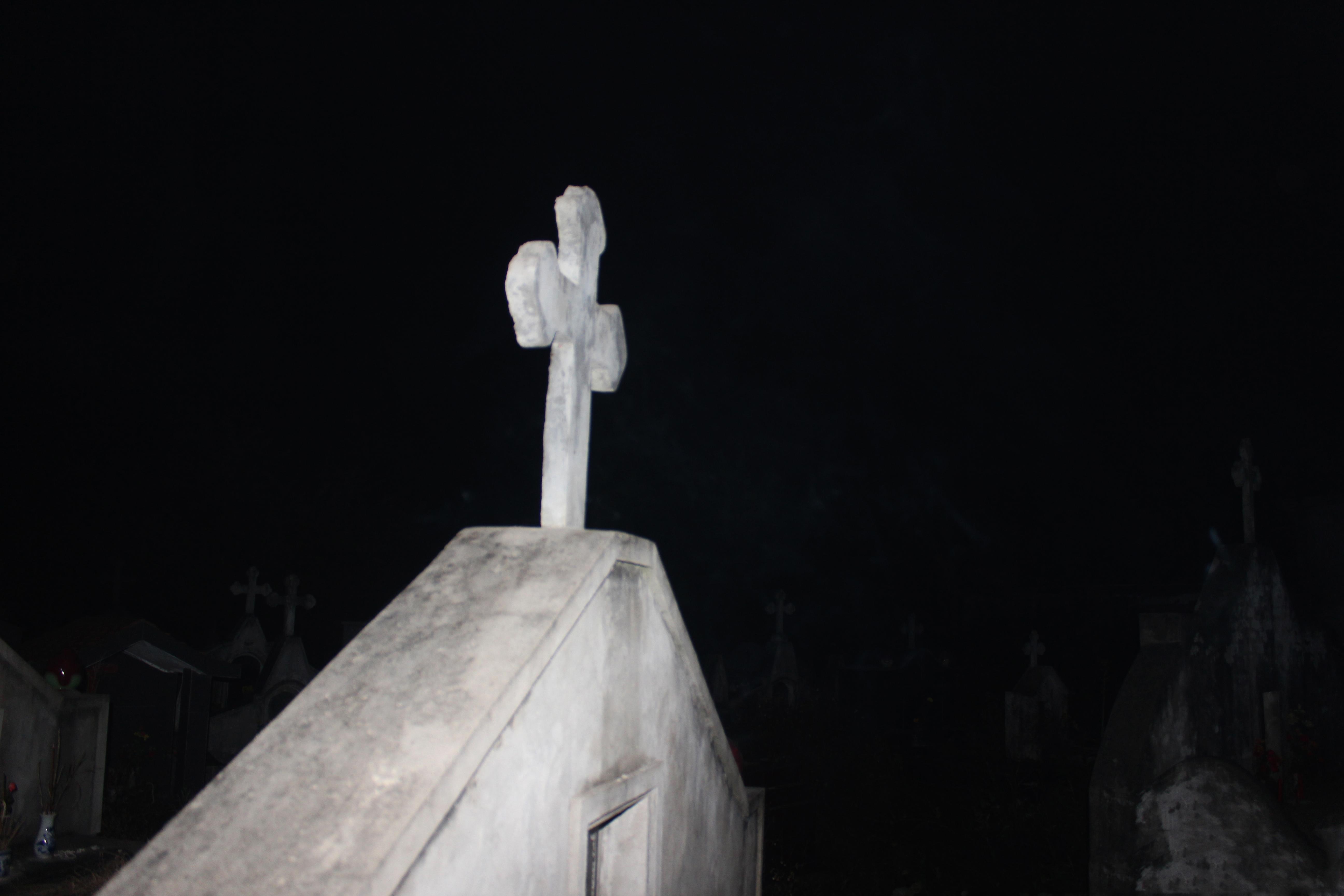 Nhóm SVCG Di Trạch thắp hương nghĩa địa Giáo họ Di Trạch và cầu nguyện cho các linh hồn