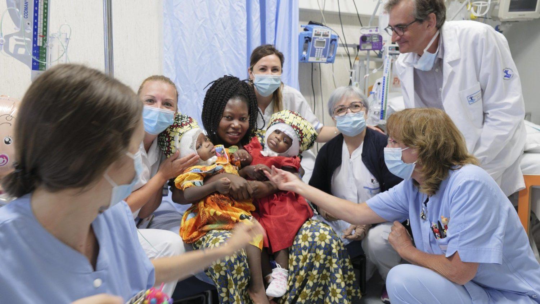 ĐTC rửa tội cho cặp song sinh đầu dính vào nhau vừa được Bệnh viện Tòa Thánh mổ tách rời
